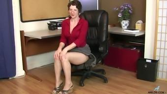 Рыжая горничная дрочит на синем кресле слегка волосатое влагалище